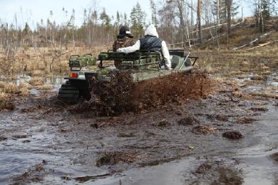 Вездеход Тигр преодолевает водное препятствие
